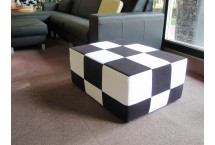 Kockový taburet vhodný aj ako stolík